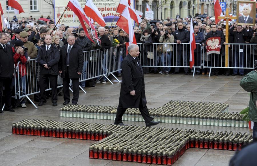 Jarosław Kaczyński przed Pałacem Prezydenckim