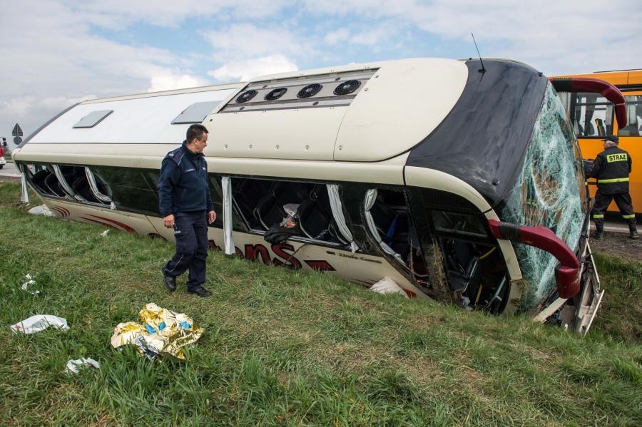 Wypadek szwedzkiego autokaru na autostradzie A4