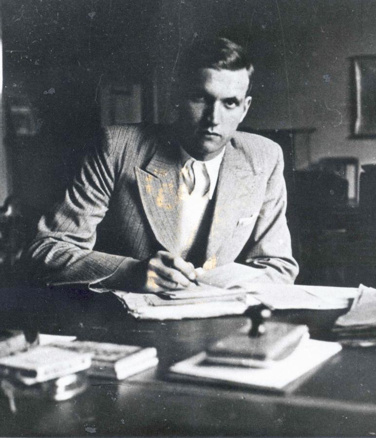 Jan Karski przy biurku, Warszawa, 1935 r.