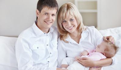 Młodzi rodzice z niemowlęciem