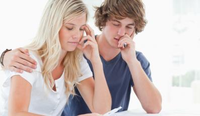 Para oglądająca test ciążowy