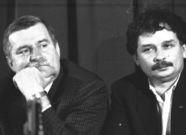Lech Wałęsa i Lech Kaczyński w czasie konferencji prasowej  po wyborach do Sejmu i Senatu