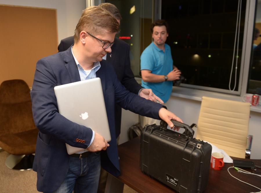 Sylwester Latkowski z walizką pozostawioną w redakcji przez ABW