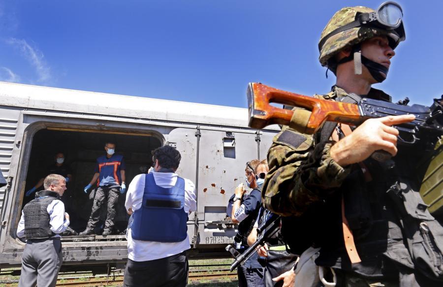 Holenderscy specjaliści w pociągach, w których przechowywane są ciała ofiar katastrofy