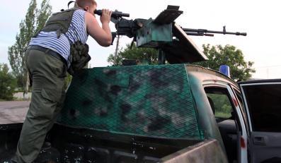 Prorosyjski separatysta w punkcie kontrolnym 50 kilometrów od Doniecka na Ukrainie