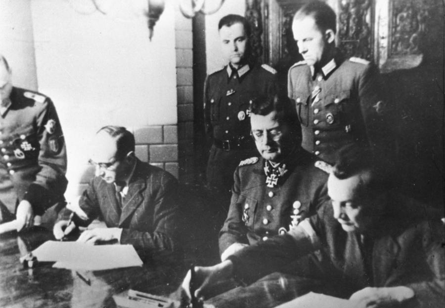 Podpisanie aktu kapitulacji Powstania Warszawskiego. Na zdjęciu widoczny Erich von dem Bach-Zelewski