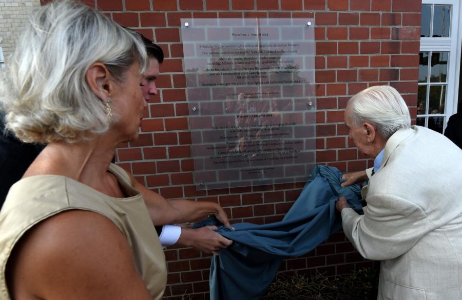 Odsłonięcie tablicy ku czci powstańców warszawskich