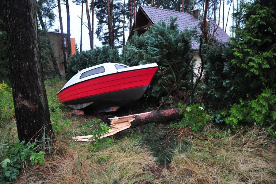Zniszczenia nad jeziorem Miedwie. Skutki nawałnicy, jaka przeszła nad województwem zachodniopomorskim