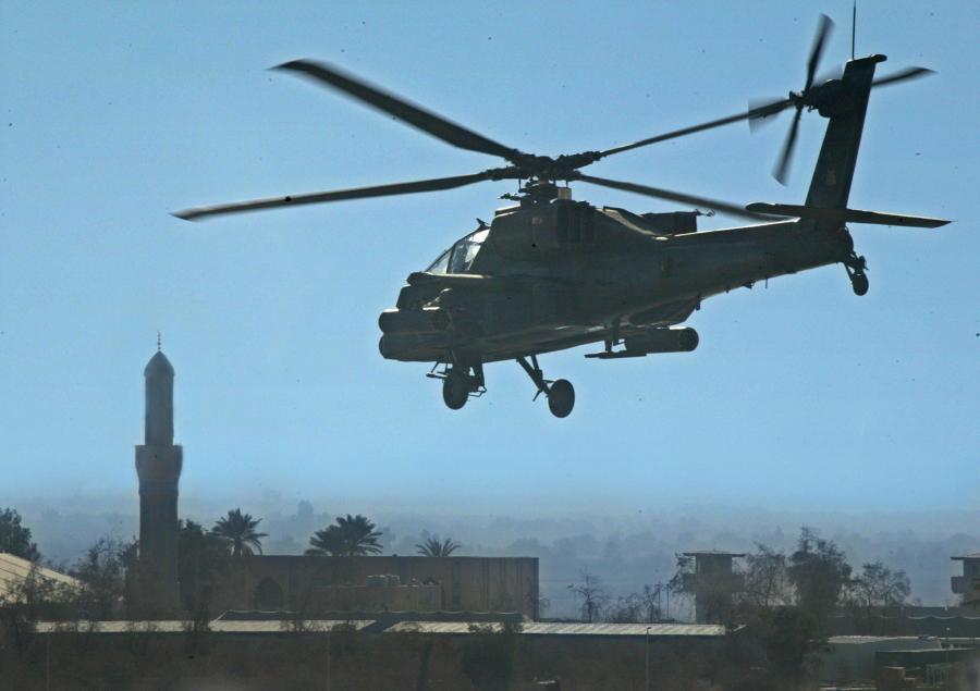 Amerykański śmigłowiec AH-64 Apache nad Irakiem