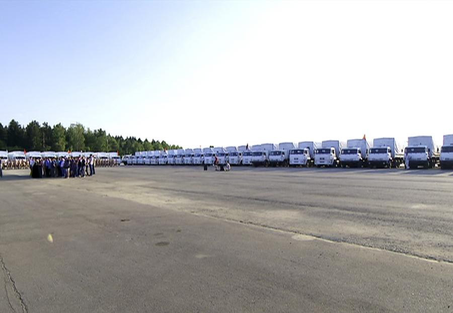 Białe ciężarówki z pomocą humanitarną z Rosji dla wschodu Ukrainy