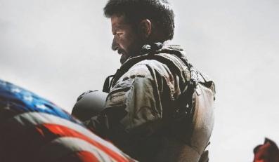 """Bradley Cooper na plakacie zapowiadającym film """"American Sniper"""""""
