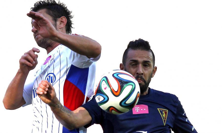 Zawodnik Górnika Zabrze Łukasz Madej (L) walczy o piłkę z Ricardo Nunesem (P) z Pogoni Szczecin podczas meczu polskiej Ekstraklasy