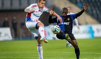 W pojedynku o piłkę Luis Carlos Lima (P) z miejscowego Zawiszy i Adam Danch (L) z Górnika Zabrze w meczu T-Mobile Ekstraklasy