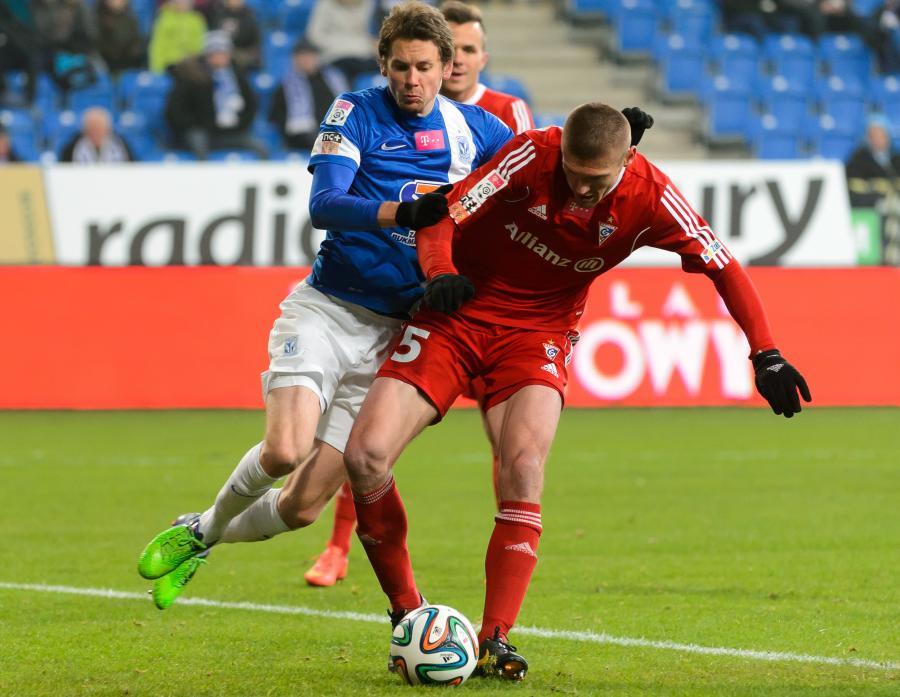 W pojedynku o piłkę Kasper Hamalainen (L) z miejscowego Lecha i Oleksandr Shevelyukhin (P) z Górnika Zabrze
