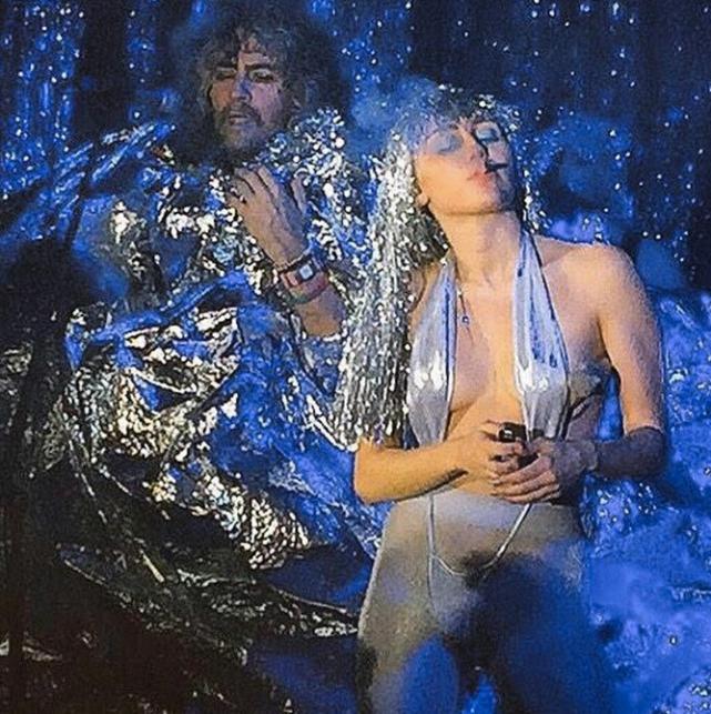 Miley Cyrus pali trawkę na scenie