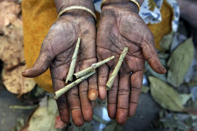 Tradycja i skręcane papierosy beedi powoli zabijają Hindusów
