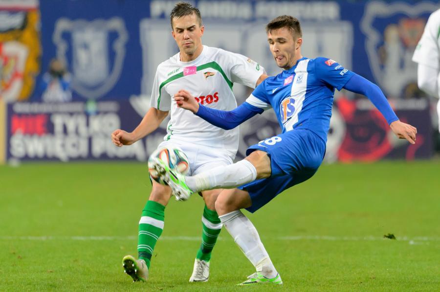 Zawodnik Lecha Poznań Dariusz Formella (P) walczy o piłkę z Marcinem Pietrowskim (L) z Lechii Gdańsk podczas meczu polskiej Ekstraklasy
