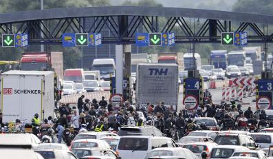Ścigacze w proteście zablokowały autostradę