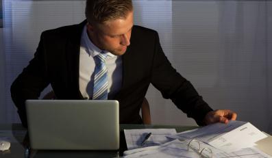 Mężczyzna pracuje wieczorem