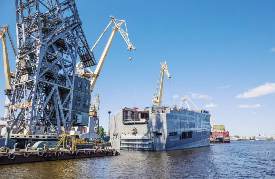Okręt klasy Mistral w budowie