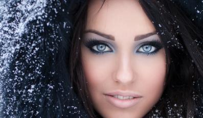 Kobieta w zimowym makijażu