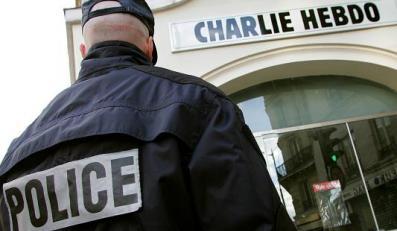 Policjant przed siedzibą tygodnika