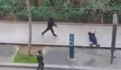 """Zamachowcy przed siedzibą tygodnika """"Charlie Hebdo"""""""