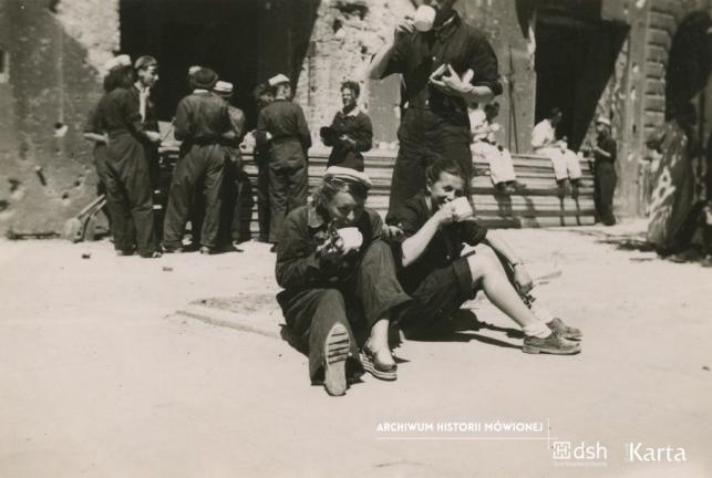 Al. Jerozolimskie, studenci II roku Wydziału Prawa UW odgruzowują Warszawę. Z prawej Anna Mizikowska. 1947. (Fot. zbiory Anny Mizikowskiej/AHM)
