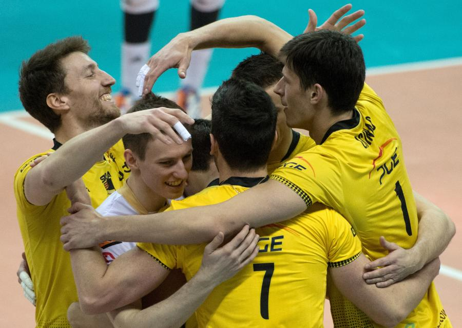Siatkarze PGE Skry Bełchatów cieszą się podczas drugiego meczu ćwierćfinałowego Ekstraklasy z Zaksą Kędzierzyn-Koźle