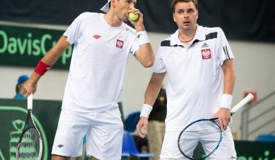 Łukasz Kubot (L) i Marcin Matkowski (P) podczas pojedynku deblowego z Litwinami Laurynasem Grigelisem i Ricardasem Berankisem w meczu 1. rundy Grupy I Strefy Euro-Afrykańskiej tenisowego Pucharu Davisa