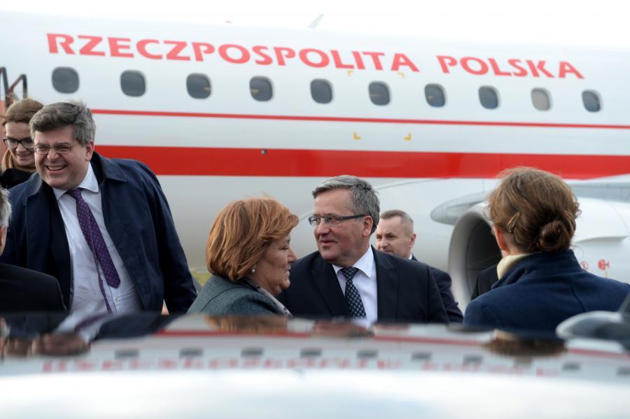 Polska para prezydencka Bronisław i Anna Komorowscy na lotnisku w Brukseli