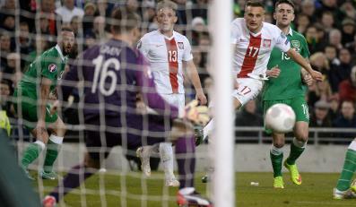 Sławomir Peszko strzela bramkę Irlandczykowi Shayowi Givenowi podczas meczu eliminacyjnego mistrzostw Europy w Dublinie