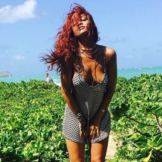 Rihanna wypina pupę na Hawajach...