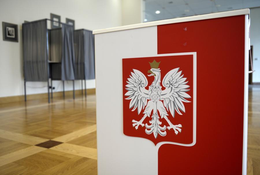 Urna na karty i kabina do głosowania w siedzibie Obwodowej Komisji Wyborczej