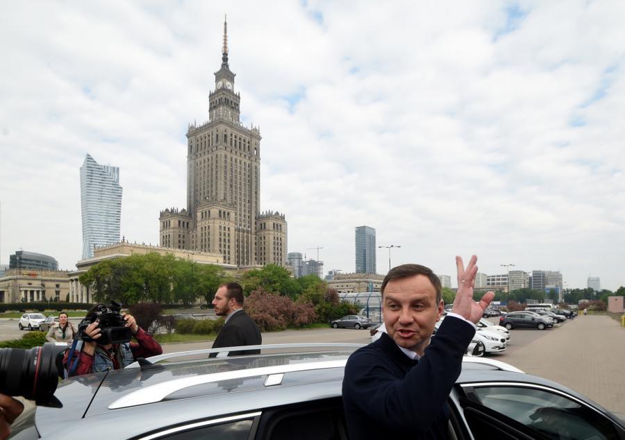 Andrzeja Duda przed stacją metra Centrum