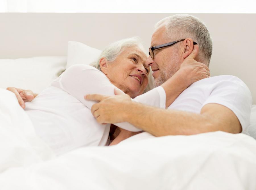 Para starszych ludzi w łóżku