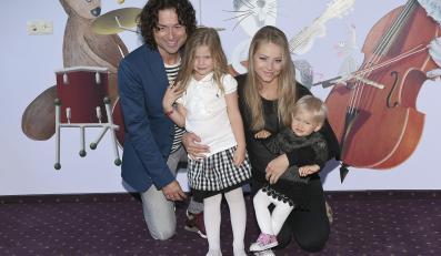 Agta i Piotr Rubikowie z córkami Helenką i Alicją