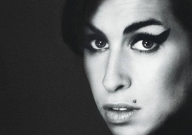 Amy Winehouse na plakacie zapowiadającym opowieść o niej