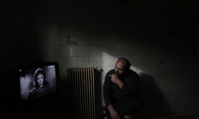 Siedzi po ciemku, głód zajada cebulą. Tak kryzys zmienił życie 41-letniego Iakovosa