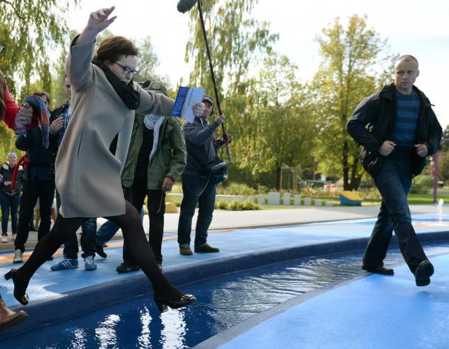 Ewa Kopacz skacze przez fontannę