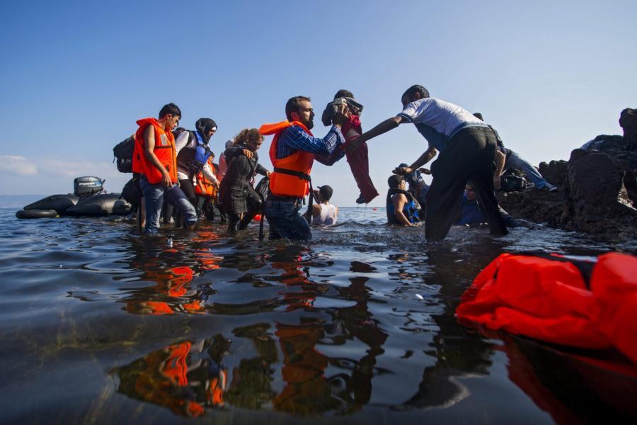 Uchodźcy dopływają na grecką wyspę Lesbos