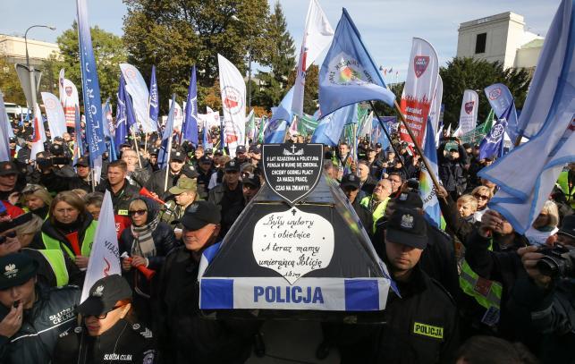 Pikieta związków zawodowych funkcjonariuszy i pracowników służb mundurowych przed Sejmem w Warszawie