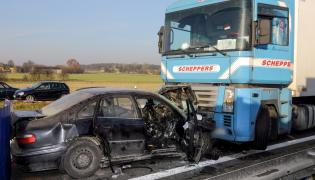 Do tragicznego wypadku doszło w okolicach Sierosława na autostradzie A1. Jadący pod prąd samochód osobowy zderzył się z ciężarówką. Zginęły trzy osoby, trzy zostały ranne.