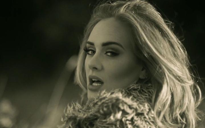 kadr z teledysku Adele \