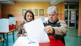 Marszałek Senatu Bogdan Borusewicz oddaje głos w wyborach parlamentarnych