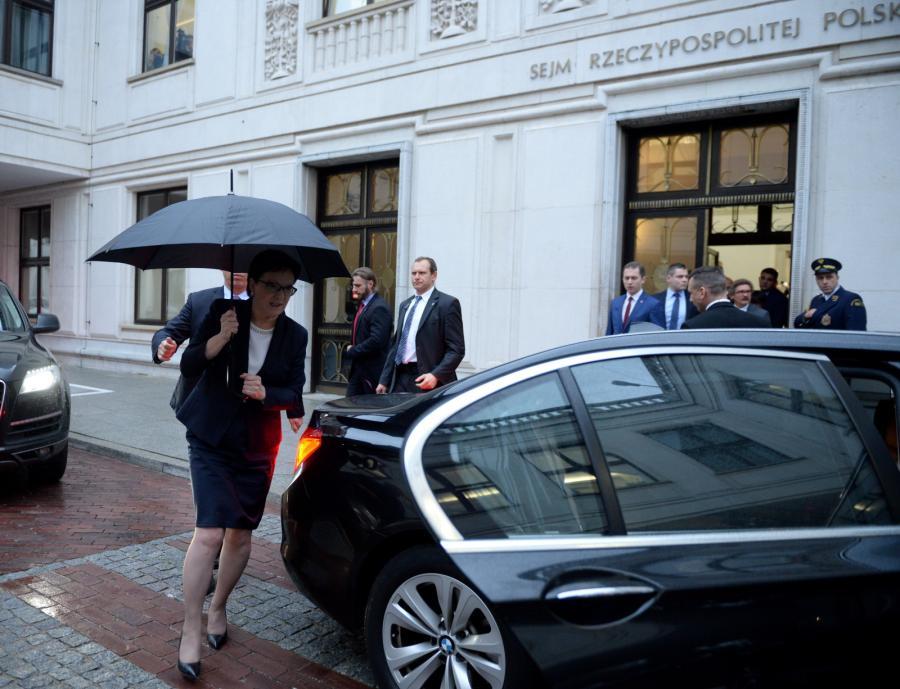 Ustępująca premier Ewa Kopacz wychodzi z Sejmu by udać się do Pałacu Prezydenckiego w Warszawie
