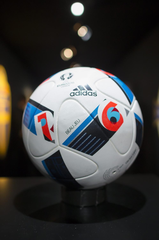 """Oficjalna piłka mistrzostw Europy nazywa się """"Beau Jeu"""""""