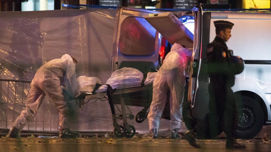 Służby medyczne zabierają ciało ofiary zamachu na klub Bataclan