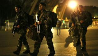 Żołnierze na ulicach Paryża