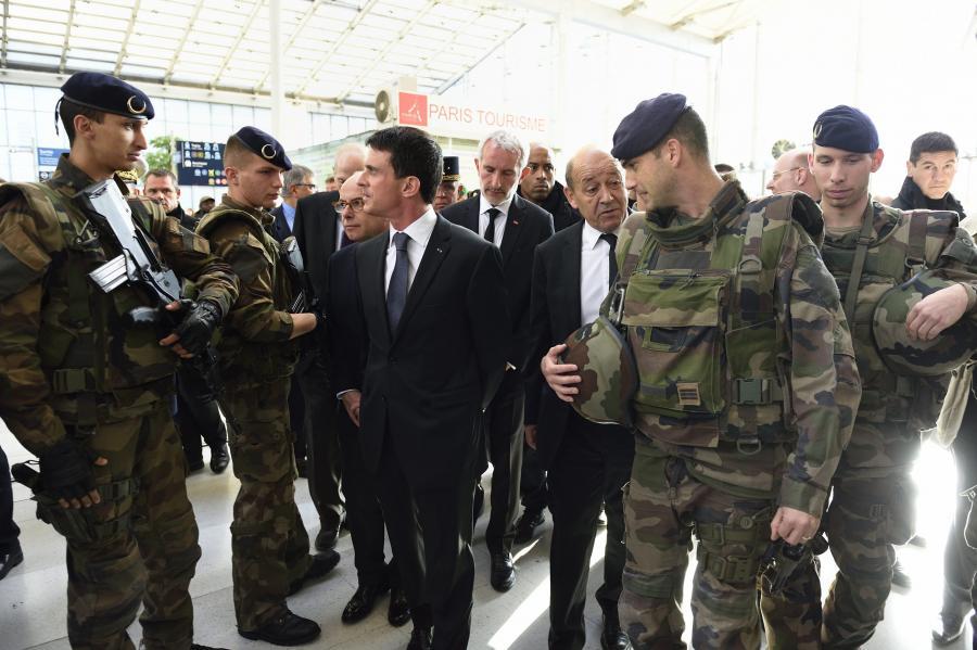Premier Manuel Valls wśród żołnierzy